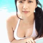 福井セリナ プールで水着におさまり切れない巨乳を見せるキャスターも務める才女アイドル