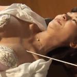 夏目百合子 教室で手首を拘束されて指棒で身体を撫でられる女教師