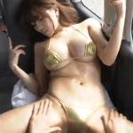 森咲智美 車内でメタリックビキニを着て股関節や太ももやお尻を愛撫されるように乳液を塗られるグラドル