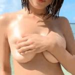 伊藤しほ乃 海辺でマイクロビキニを着てGカップを揺らせた後ビキニを取って全裸になるアイドル