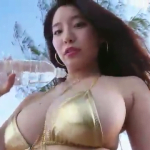 久松かおり メタリックビキニを着て肉感的なボディを見せるアイドル