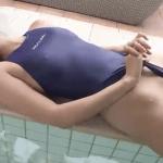 三田羽衣 乳首ポッチした競泳水着を着てハイレグ部分を食い込ませたりお尻の割れ目を見せるお姉さま