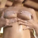 ヴァネッサ・パン 温泉でマイクロビキニ姿で柔乳を見せる台湾アイドル