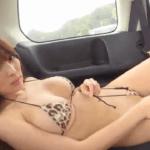 森咲智美 車内でヒョウ柄のビキニの紐を外しながら砂を払うアイドル