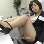 和地つかさ オフィスでパンチラした後スーツを脱いで下着姿になるタイトスカートのメガネOL