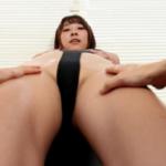 「憧れ先輩上司と出張相部屋 緒方咲」美脚や巨乳を触られるアイドルのサンプル動画