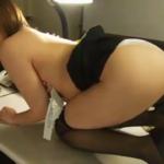 七碧ティナ オフィスで下着姿になる黒パンストを履いたメガネOL