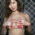 松嶋えいみ ビキニ姿でFカップの巨乳をもみほぐしながら洗うアイドル