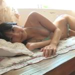 川崎あや マイクロビキニ姿でスレンダーボディを見せるアイドル
